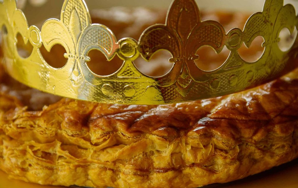 A picture of a galette pastry with a golden cardboard crown