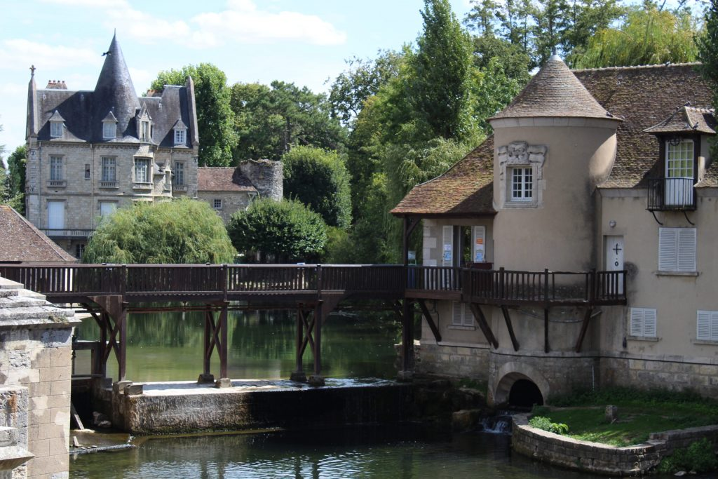 A photo of the river and the barley sugar museum on the river of Moret-sur-Loing.