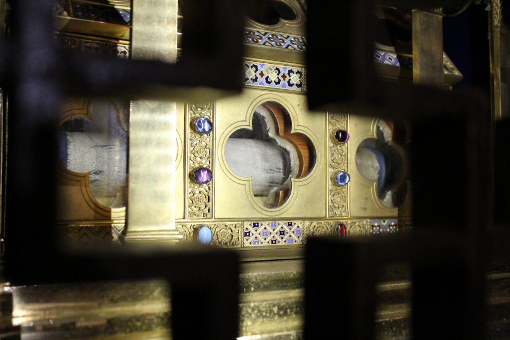 A photo of the reliquary holding a piece of the veil of the Virgin Mary.