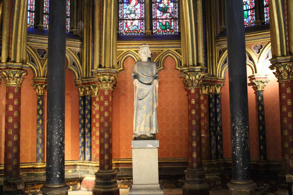 A photo of the statue of Saint Louis in the lower chapel of Sainte-Chapelle.