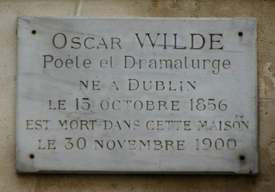 A photo of the sign commemorating Oscar Wilde on the side of his apartment building in Paris, one of the ways to learn Paris history on the street.