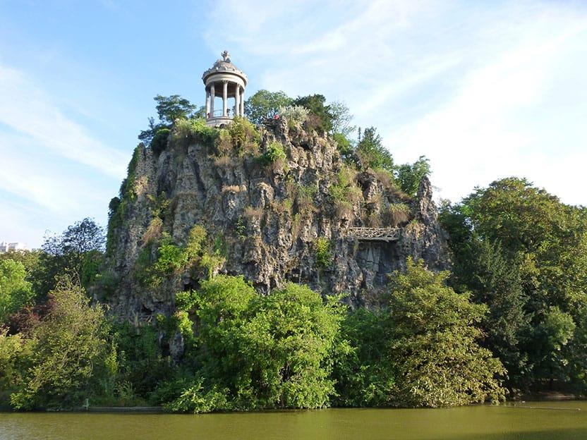 A photo of the Temple de la Sibylle sitting 50m above the artificial lake in the Parc des Buttes Chaumont.
