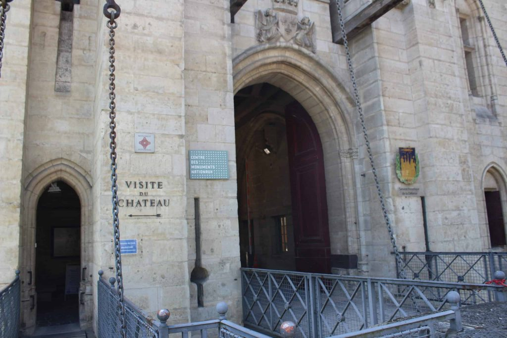 A photo of the entrance to the Chateau de Vincennes showing the drawbridge and chains.